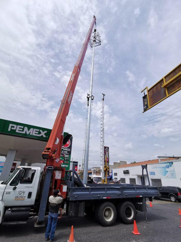 Culmina instalación de mega postes en cruceros y accesos a Zamora