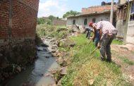 Limpian de maleza canal La Peñita en Jacona para evitar plagas y desbordes
