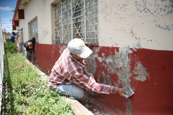 Trabajos de mantenimiento y conservación en escuela Lázaro Cárdenas de Jacona