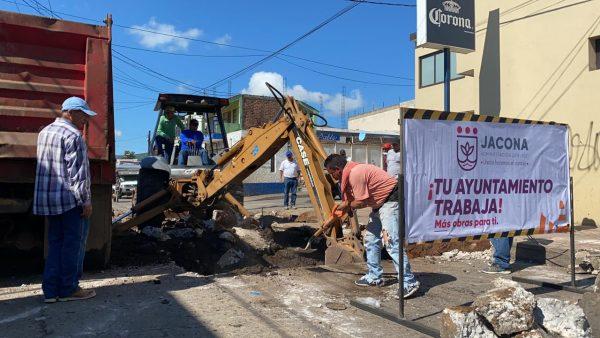 Cierran circulación en calle Madero de Jacona, por acciones de bacheo