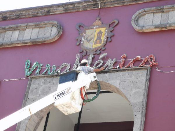 Se adorna Zamora con luces y colores patrios