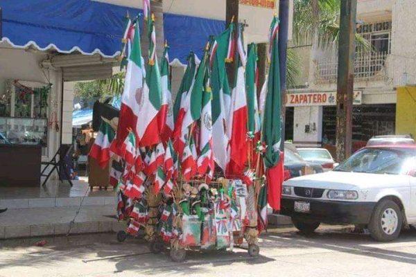 Vendedores de banderas sufren para vender su mercancía en pleno mes de septiembre