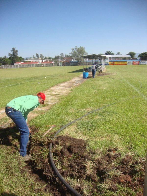 """Instalan sistema de riego para pasto en campos de fútbol """"Amado Nervo"""" Jacona"""