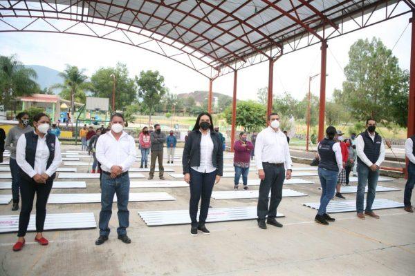 Adriana Campos entregó láminas galvanizadas a 50 familias