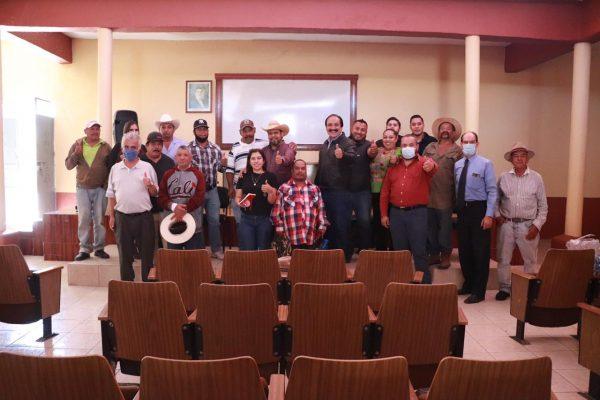 Logran Presidente y ejidatarios de Atecucario acuerdos para mejorar caminos rurales
