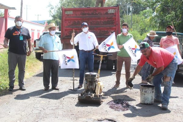 Comenzaron labores de bacheo asfáltico en principales vialidades de Ixtlán