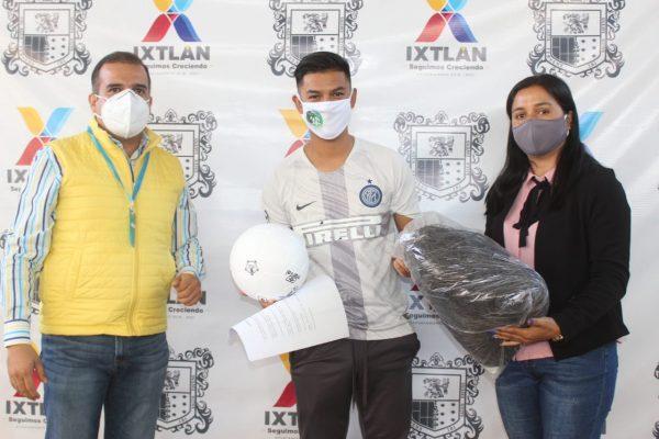 Ángel Macías refrenda su compromiso con jóvenes deportistas de Ixtlán