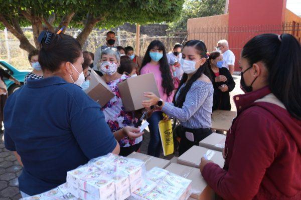 En colonias populares Entrega DIF Zamora despensas a niños y adultos mayores