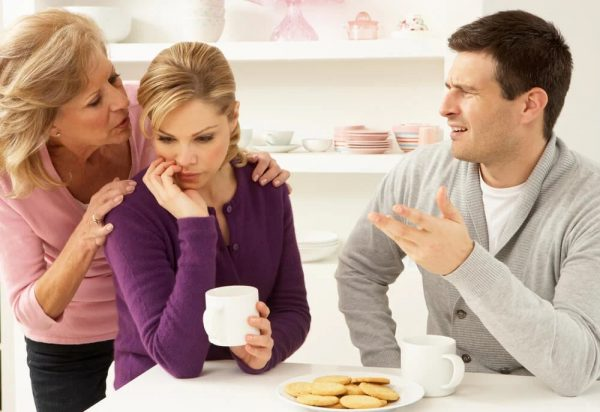 Fracasan 7 de cada 10 parejas que viven en casa de la suegra: Psicóloga