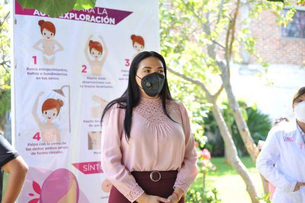 Adriana Campos concientiza a mujeres de El Platanal contra el cáncer de mama
