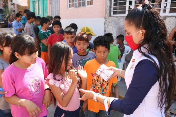 Entrega DIF Municipal leche a niños zamoranos
