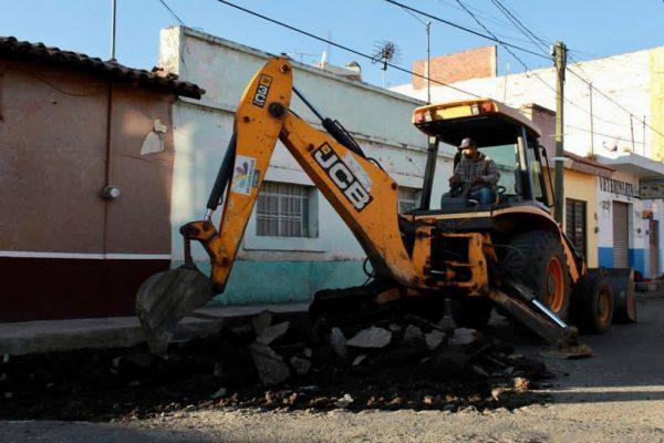 Inició pavimentación de calle Madero en cabecera municipal de Ecuandureo