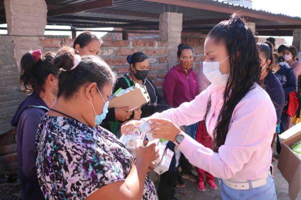 Reciben niñas y niños del Sauz de Abajo lechitas y cereal