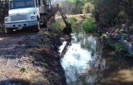 Hacen trabajos de desazolve al canal de Tamandaro en Jacona
