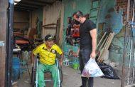 Entregan silla de ruedas a tianguista discapacitado