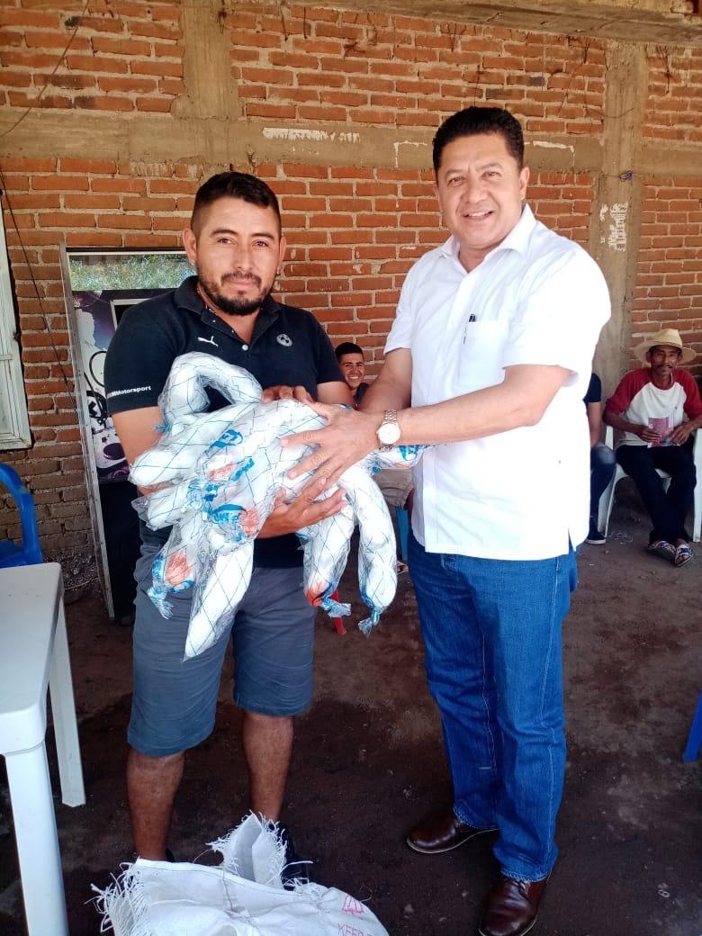 Feliciano Flores apoya a pescadores de la Presa de Infiernillo