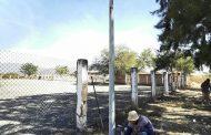Instalan postes metálicos en cancha de Romero de Guzmán