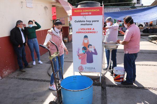 Dan mantenimiento a lavamanos públicos en Zamora