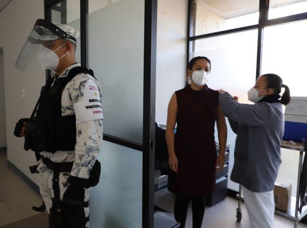 Suman 8 mil 983 trabajadores con primera dosis contra COVID-19