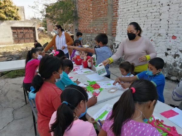Entrega DIF Zamora material escolar en la Colosio