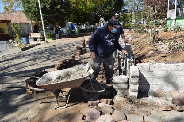 Mejoran plaza en la colonia Loma Linda de Tangancícuaro