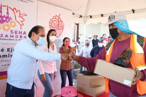 Alcalde entrega calzado a personal municipal en Zamora