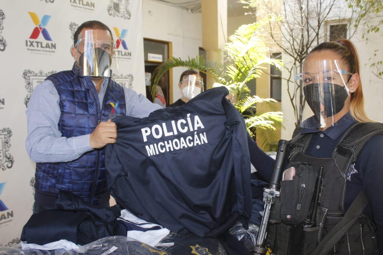 Ángel Macías realizó entrega de uniformes y equipo táctico a policías de Ixtlán