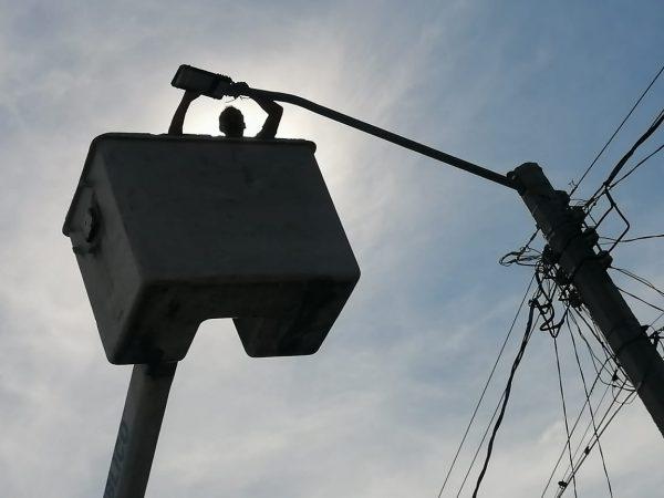 Trabajo conjunto hace posible cambio de luminarias en la Ladera