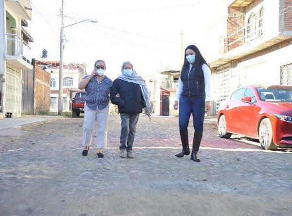 En Jacona, Adriana inicia pavimentación en Los Laureles