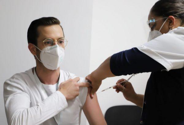 Inicia aplicación de segundas dosis de vacuna contra COVID-19 a personal de salud