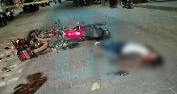 Chocan dos motos en Tangancícuaro, sus tripulantes mueren
