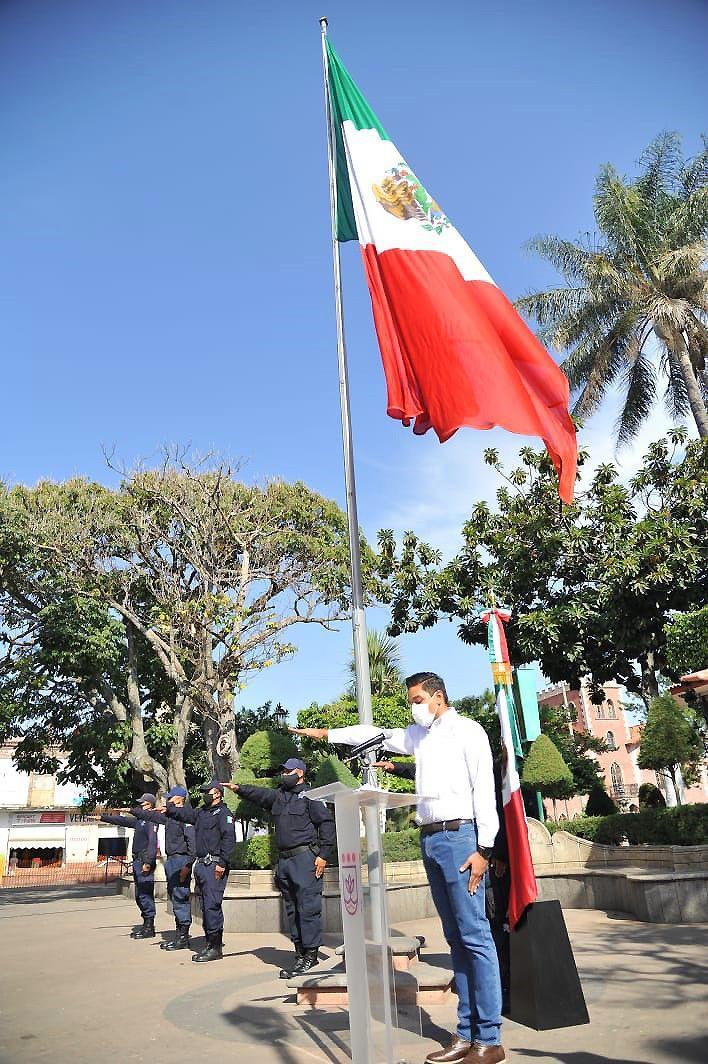 Rinden sentido homenaje a la Bandera Nacional en Jacona