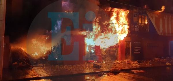 Voraz incendio consume Ferretería en las inmediaciones del Mercado Hidalgo