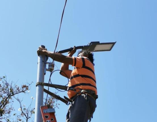 Rehabilitan alumbrado público en acceso a Monte Olivo