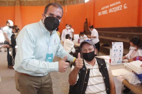 Aplican mil dosis de vacuna contra el COVID-19 a adultos mayores en Ixtlán