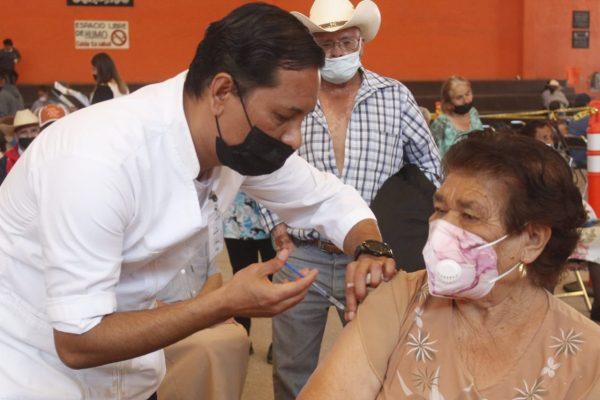 Sin contratiempos el segundo día de aplicación de la vacuna a los adultos mayores en Ixtlán