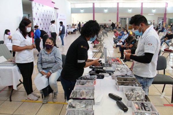 Más de 300 personas beneficiadas con lentes y aparatos auditivos en Jacona