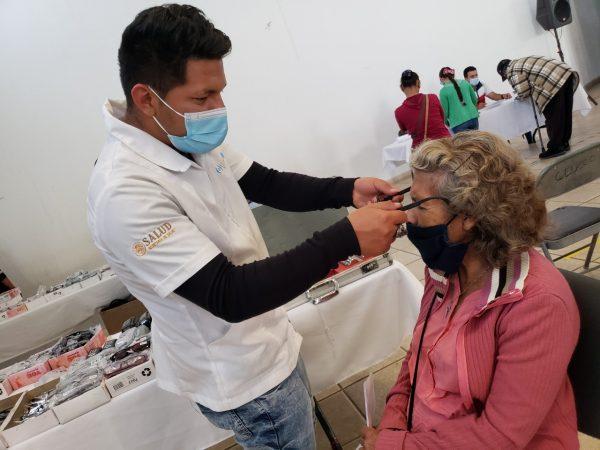 DIF Jacona realiza jornada de entrega de lentes y aparatos auditivos