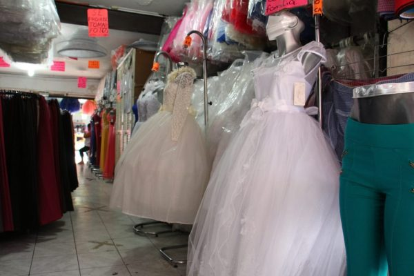 Sin eventos sociales, cae 80 por ciento venta de vestidos y trajes de fiesta