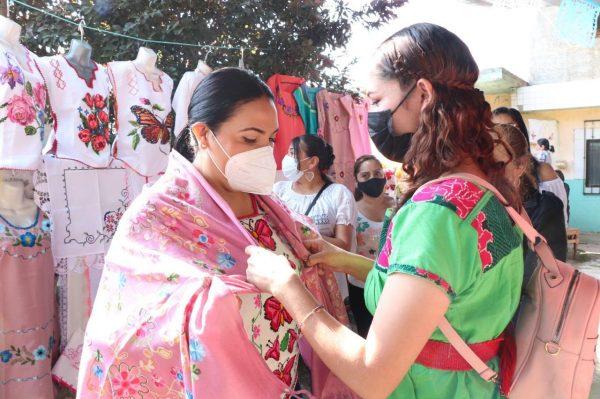 Calurosa bienvenida dan pobladores de Nahuatzen a Adriana Campos