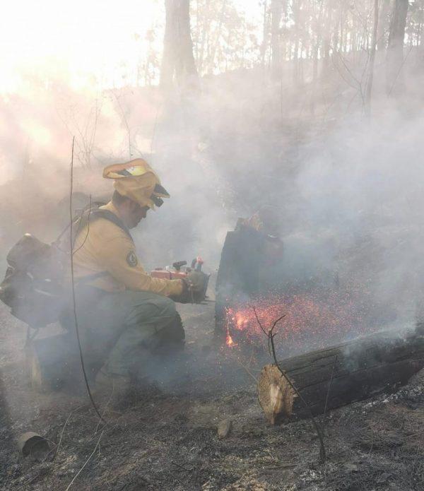 Brigadistas, voluntarios y equipo aéreo combaten incendio en Los Reyes