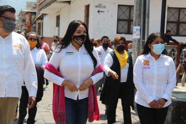 Adriana dialogó con habitantes de Paracho y estuvo en la rodada ciclista de Jacona