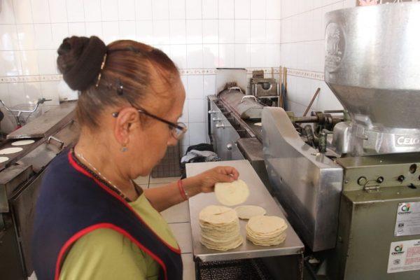 Llegó a 22 pesos el kilo de tortillas en establecimientos; no se pudo frenar alza