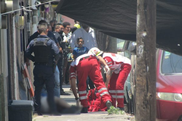 Civiles se enfrentan con agentes de la Fiscalía; dos son detenidos, uno quedó herido