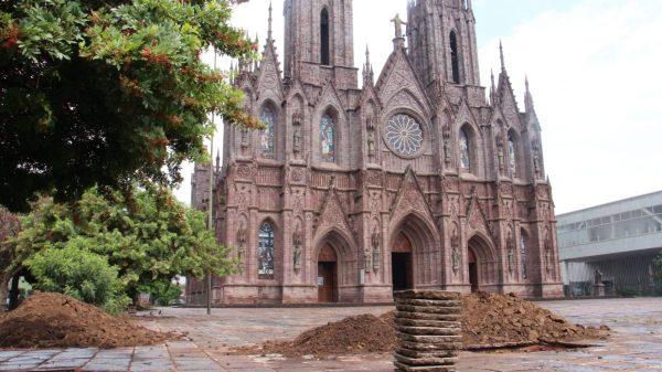 Inician trabajos para colocación de viacrucuis en explanada de Santuario Guadalupano.