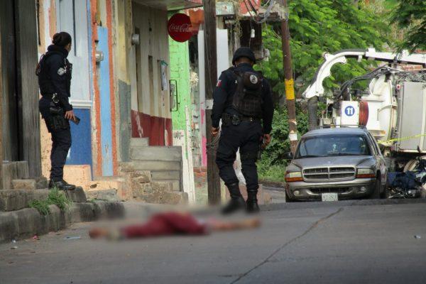 Delincuentes se enfrentan con la policía al ser sorprendidos abandonando un cadáver en Jacona
