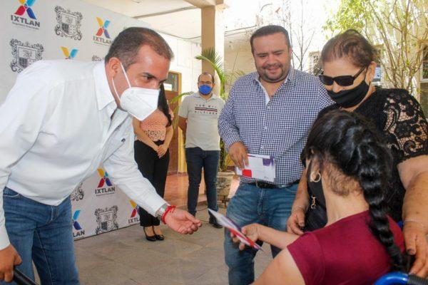 Personas con capacidades diferente son beneficiadas con becas en Ixtlán