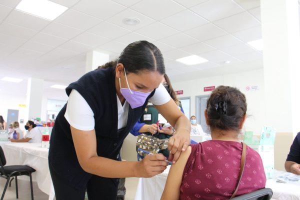 Cumplen con aplicación de 17 mil vacunas para mayores de 40 años