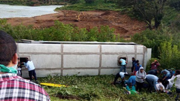 Nueve trabajadores de campo quedan lesionados en volcadura de autobús