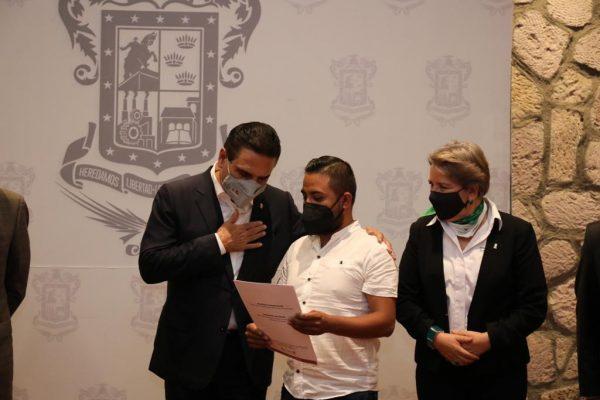 Entregó Silvano Aureoles escrituras a víctimas de los atentados del 15 de septiembre de 2008